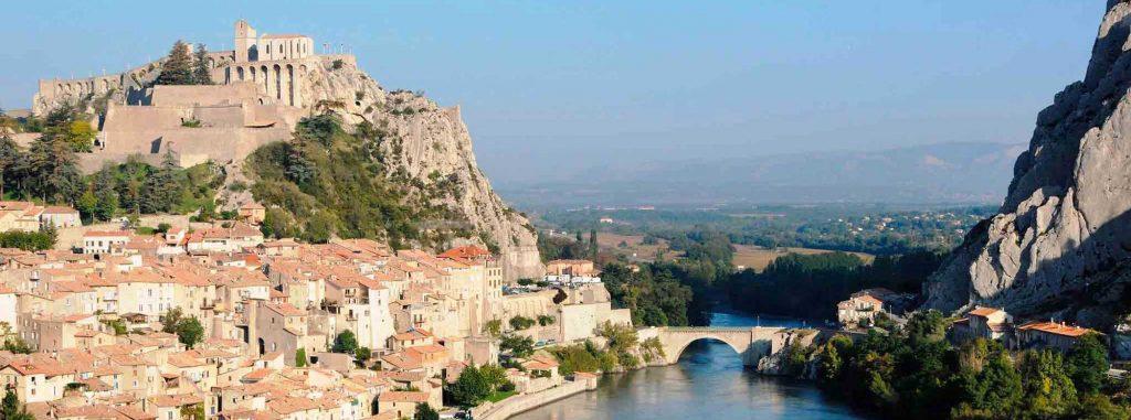 Camper dans les Alpes-de-Haute-Provence : quid des loisirs aquatiques ?